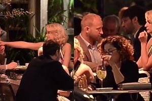 Szarmancki Szyc całuje dłonie ukochanej na randce