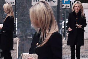Ogórek pozuje przy parkometrze z dodatkami Louis Vuitton