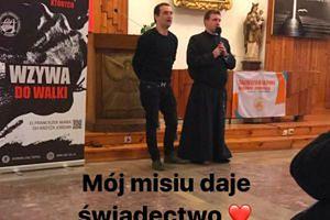 Nawrócony Misiek Koterski daje świadectwo w kościele (FOTO)