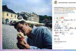 Mateusz Damięcki zajada się lodem