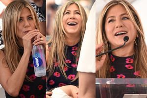 Dziewczęca i uśmiechnięta Jennifer Aniston odsłania gwiazdę Jasona Batemana (ZDJĘCIA)