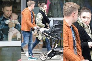 Kuba Wesołowski na spacerze z żoną i córką Różą (ZDJĘCIA)