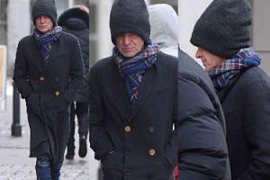 Zmarznięty Sting w wielkiej czapce spaceruje po Warszawie (ZDJĘCIA)