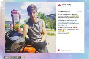 Michał Baryza pozuje na motorze
