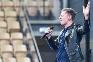 """Rafał Brzozowski pozwał autora niepochlebnej recenzji swojego albumu. """"Czytajcie z mojego środkowego palca"""""""