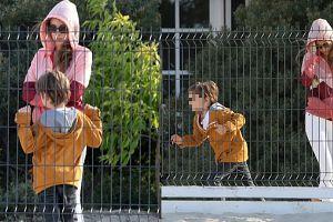 Bachleda-Curuś z synem na placu zabaw
