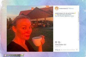 Sonia Bohosiewicz delektuje się ciepłym napojem w blasku zachodzącego słońca