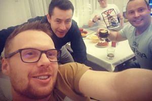 """Krzysztof ze """"Ślubu od pierwszego wejrzenia"""" pije z innymi uczestnikami: """"Lecimy nie śpimy!"""" (FOTO)"""