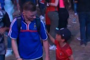 Chłopiec z Portugalii pociesza kibica z Francji (WIDEO)