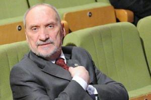 """Macierewicz prezentuje kolejną teorię spiskową: """"TVN wymyślono do kolonizacji umysłów Polaków"""""""