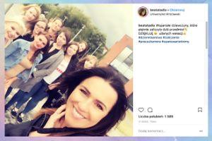 Dumna Tadla pozuje ze studentkami