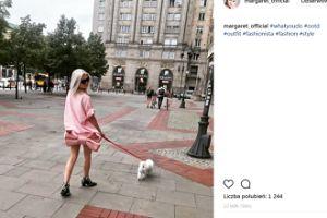 Margaret z kokardą NA PUPIE wyprowadza psa (FOTO)