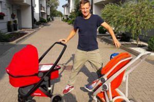 Marcin Mroczek na spacerze z synem