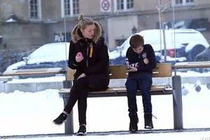 Przemarznięty chłopiec na przystanku. KTO POMOŻE?