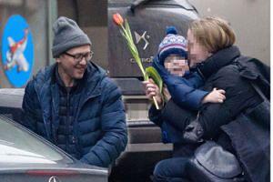 Szczęśliwy Andrzej Chyra, syn z kaskiem i partnerka z tulipanem (ZDJĘCIA)