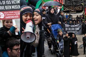 """Muzułmanie protestują przeciwko ISIS: """"Tylko razem możemy pokonać nienawiść"""" (ZDJĘCIA)"""
