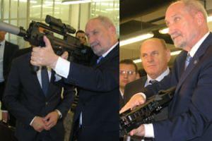Macierewicz bawi się karabinem maszynowym na spotkaniu z ministrem obrony narodowej Chorwacji (FOTO)