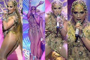 Skąpana w złocie Jennifer Lopez wykluwa się z jaja na scenie w Las Vegas... (ZDJĘCIA)