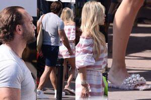 Doda w futrzanych klapkach wietrzy stopy w Cannes (ZDJĘCIA)