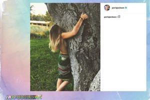 Paris Jackson bez stanika przytula drzewo