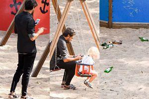 Znudzony Olivier Janiak pali papierosy na placu zabaw (ZDJĘCIA)