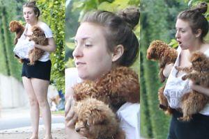 Bosa Lena Dunham z psami na spacerze (ZDJĘCIA)