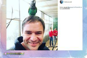 Tomasz Karolak z papugą na głowie