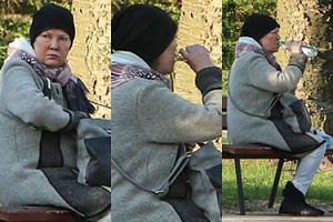 Agnieszka Kotulanka pije ukradkiem wódkę w parku (ZDJĘCIA)