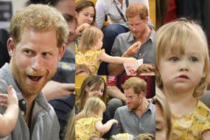 """Książę Harry bawi się z dziewczynką, która... """"po cichu"""" wyjadała mu popcorn (ZDJĘCIA)"""