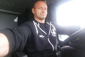 Mariusz Pudzianowski zrobił sobie selfie podczas pracy