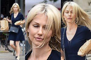 Ogórek z rozwianymi włosami przemierza ulice z tajemniczymi pakunkami (ZDJĘCIA)