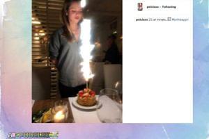 Pola Lis pozuje z tortem urodzinowym
