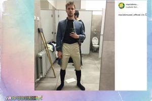 Maciej Musiał pozuje z otwartą toaletą