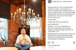 Kamil Durczok podziwia żyrandol
