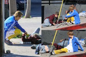 Uduchowiony Bieber położył się obok bezdomnych i częstował ich żelkami (ZDJĘCIA)