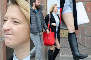 Lara Gessler w kaloszach i z GOŁYMI nogami spaceruje z mężem (ZDJĘCIA)