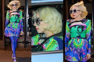 Kolorowa Lady Gaga w sukience z podobizną Eltona Johna