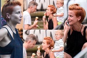 Nieumalowana Zielińska z mężem i synem zajada się lodami i odbiera telefony (ZDJĘCIA)
