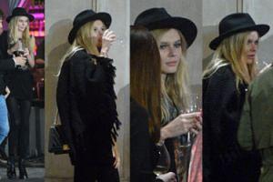 Zamyślona Alicja Ruchała pije wino pod restauracją (ZDJĘCIA)