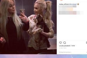 Mała Ania i Ewelona wydymają usta do selfie