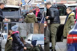 Karolak wysadza Violkę z dziećmi na środku ulicy. Tak dba o ich bezpieczeństwo?