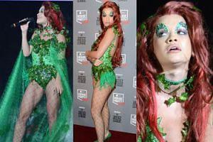 """Rita Ora jako """"Trujący Bluszcz"""" na scenie w Londynie (ZDJĘCIA)"""