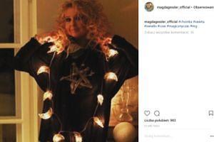 Magda Gessler z pentagramem (?) na piersi  ubiera choinkę (FOTO)