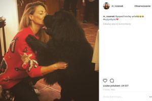 Małgonia w czerwonym swetrze przytula się z psem Robertem (FOTO)