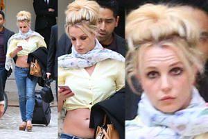 Zmęczona Britney z gołym brzuchem ciągnie za sobą walizkę (FOTO)