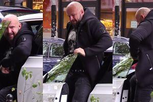 Napakowany Oświeciński próbuje wysiąść z Volkswagena