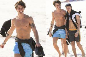 WYMUSKANY Shawn Mendes relaksuje się z kolegą na plaży (FOTO)