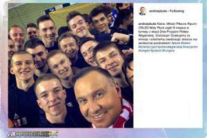 Prezydent Andrzej Duda pozuje z piłkarzami ręcznymi