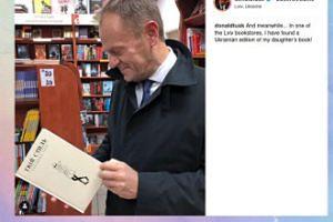 Dumny Donald Tusk ogląda książkę córki
