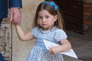 """Księżniczka Charlotte przegoniła paparazzich: """"WY NIE IDZIECIE!"""""""